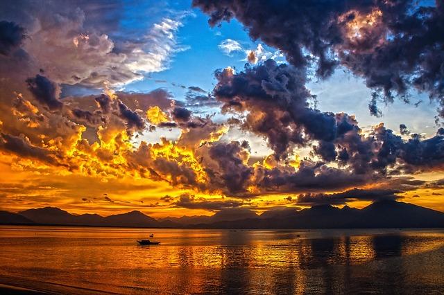 Coucher de soleil vu d'un bateau de croisière.