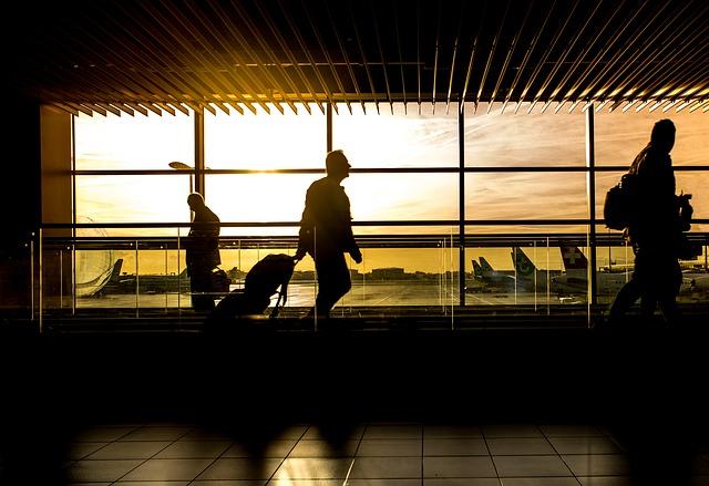 Personnes dans un aéroport en voyage d'affaires.