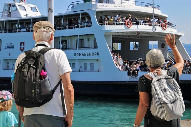 Seniors à quai pour aller en croisière.