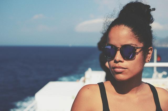 Une jeune femme sur le pont d'un bateau de croisière.