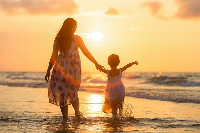 Mère et fille se baladent sur la plage.