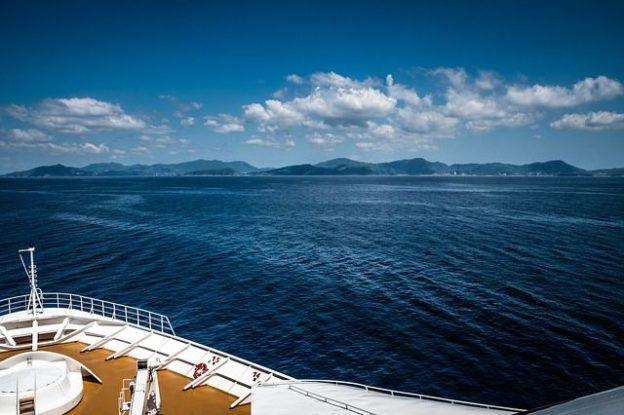 C'est la mer vue d'un bateau.