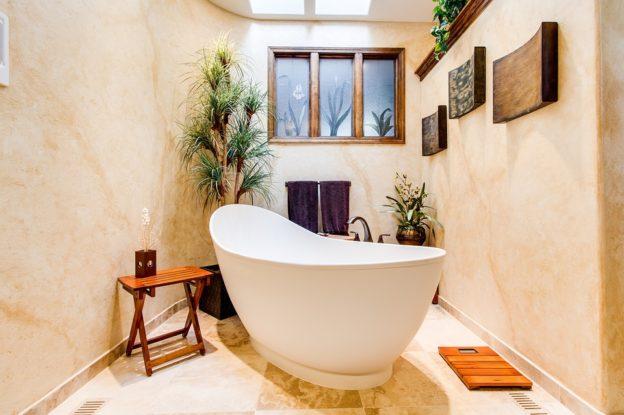 C'est une baignoire dans une salle de bain.