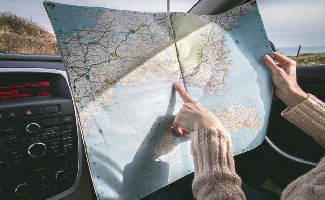 Touriste en croisière avec une carte routière.