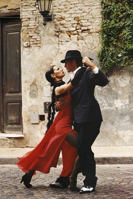 Un couple danseur et danseuse de tango.